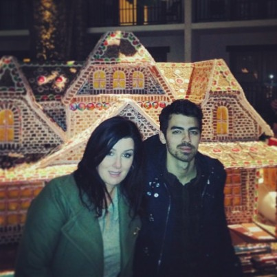 @papajonas: Gingerbread house with @mama djonas @joejonas. SWEET! Bet that cost a lot of bread