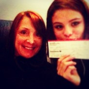 @selenagomez: Ahhhh. This lovely lady I just met on our 4 hour delay, lol donated to UNICEF!!! 💜