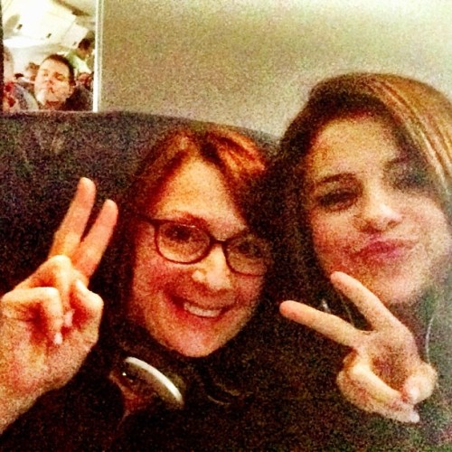 @selenagomez: Me and my new friend on tha plane jus respondin to messages. ❤ ☺ she's so rad. She offered my an orange. #werk
