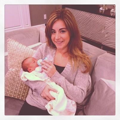 @dinadeleasagonsar: Of course I'm feeding her! #babylove #peanut #proudnewzia