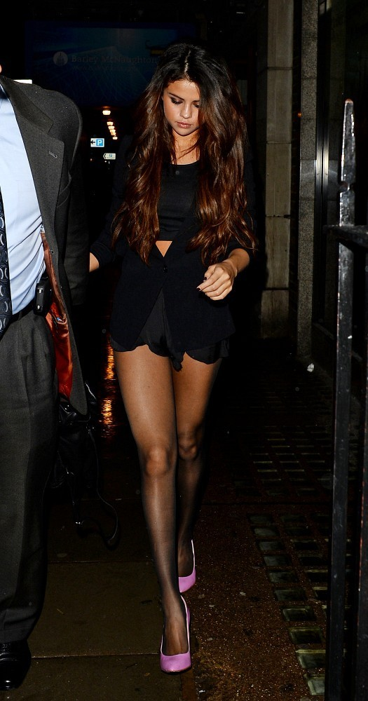 You Can Check Out All The Photos Of Sel And Sammy Looking Hot Hot Hot On A Chilly London Night In The Gallery Below Now Selenagomez