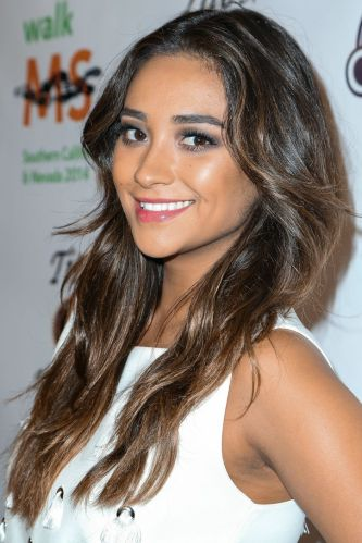 shay-mitchell-filled-in-brows-makeup-trick-w724