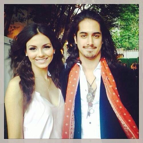 Avan Jogia i Victoria Justice z 2014 roku randki z gitarami Oscar Schmidt