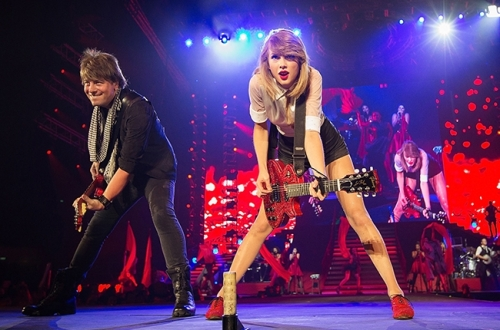 taylor-swift-red-tour-singapore-2014-billboard-650 (1)