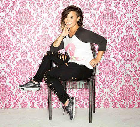 demi-lovato-sketchers-467