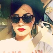 Demi-Lovato-Red-Lip-Selfie