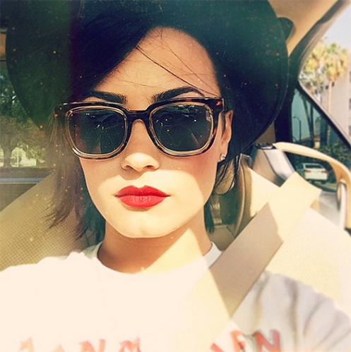 Demi-Lovato-Red-Lip-Selfie
